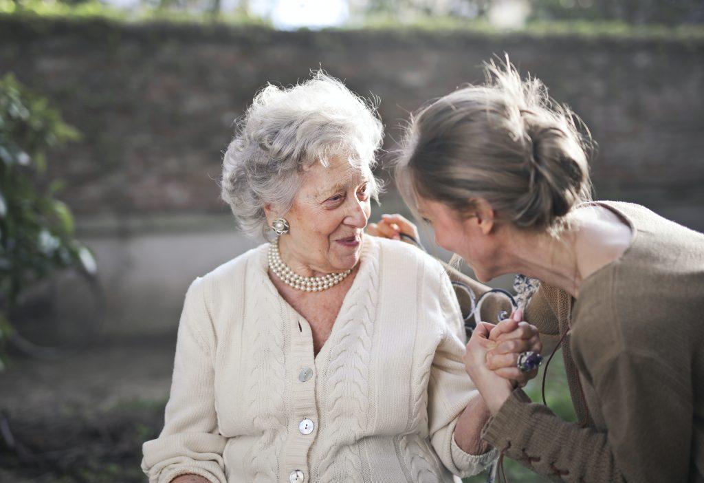 Pflegende Angehörige benötigen oft selbst Unterstützung und Beratung, damit die Pflege und Betreuung nicht zur Überlastung führt.